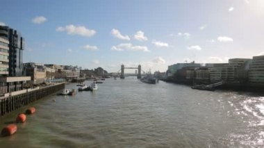 Tower bridge, boats on thames — Stock Video