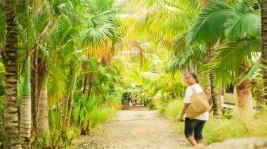 Woman walking down path — Stock Video