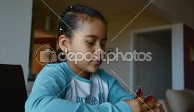 父亲和女儿玩扑克牌 — 图库视频影像