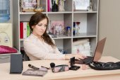 Secretary distracted from the important message of cosmetics — Stock Photo