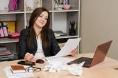 Business woman a desk looking at paperwork — Stock Photo