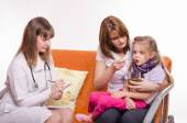 Pediatrician prescribes treatment child whose mother gives to drink tea from a spoon — Stock Photo