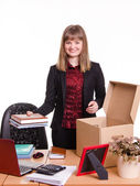 New employee in the office arranges personal belongings — Stok fotoğraf