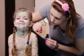 Mom misses the little girl with chickenpox sores zelenkoj — Stock Photo