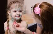 Mom cauterize zelenkoj rash in a child with chickenpox — Stock Photo