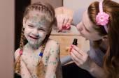 Mom tries to smear zelenkoj rash in child with chickenpox — Stock Photo