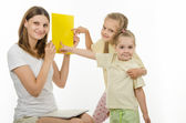 Children successfully guessed yellow in the picture — Foto Stock