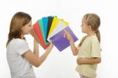 The child learns to identify colors — Stock Photo