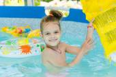 Six year old girl bathing in pool — Stock Photo