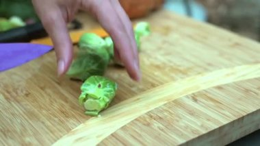 Woman chopping vegetables — Stock Video