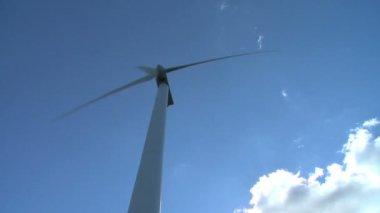 Wind turbine creates energy — Stock Video