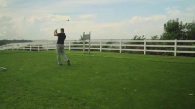 Golfer teeing off at golf course — Stock Video