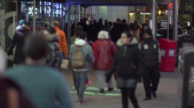 Människor som gick på gatan i New York — Stockvideo