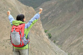 Cheering hiking woman open arms — Stock fotografie