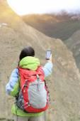 Woman photographer taking photo at mountain — Stockfoto