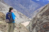 Young hiking woman enjoy the beautiful view in tibet — Stock fotografie