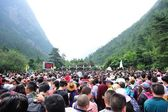 Tons of tourst queueing at the entrance of jiuzhaigou national park,china — Stock Photo