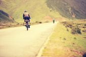 Mountain bike rides along the asphalt road in the high mountains of tibet, china — Stock Photo