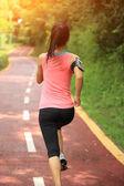 Atleta corredor corriendo en pista forestal. — Foto de Stock