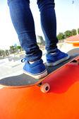 Woman skateboarder legs on skatepark — Foto Stock