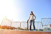 Woman skateboarder at skatepark — ストック写真