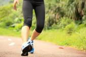 Mujer que corre en la pista forestal — Foto de Stock