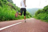 Runner athlete running on forest trail. — ストック写真