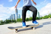 Oman skateboarder skateboarding at city — Foto de Stock