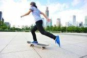 Žena skateboardista skateboardingu v city — Stock fotografie