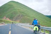 Mountain bike rides on the high mountains of tibet, china — Stock Photo