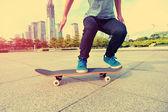 Woman skateboarder skateboarding at city — Stock Photo