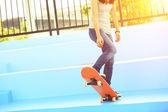 Woman skateboarder on skatepark — Stock Photo