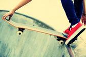 Kaykaylı kadın bacakları skatepark — Stok fotoğraf