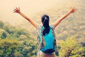 žena otevřenou náručí na vrchol hory — Stock fotografie