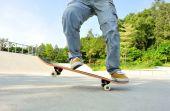 Piernas de mujer skate en el skatepark — Foto de Stock