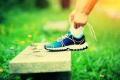 молодая женщина бегун, привязав шнурки — Стоковое фото