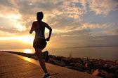 海辺で走っている女性 — ストック写真