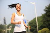 молодой женщина - бегун фитнеса, бегущий наружным — Стоковое фото