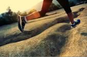 Woman running on mountain trail — Foto Stock