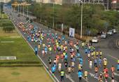 Unidentified marathon runners on the street at Shenzhen International Marathon — Stock Photo