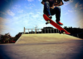 Skateboarder skateboarding at skatepark — Stock Photo
