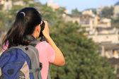 Femme touriste prise photo à l'ancienne ville de fenghuang, chine — Photo