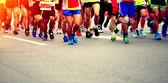 Maraton wyścigu, ludzie stóp na drodze miasta — Zdjęcie stockowe