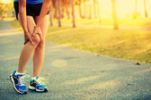 Woman runner sports injured leg — Stock fotografie