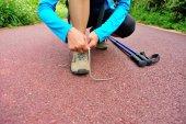 Female hiker tying shoelaces — Foto de Stock