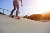 Kvinna ben skateboard — Stockfoto