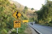 дорожный знак на дороге — Стоковое фото