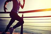 Atleta corredor corriendo en seaside. — Foto de Stock