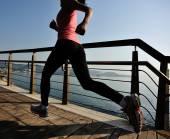 Sportovec běžec běží u moře. — Stock fotografie