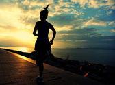 运行在海边的女运动员 — 图库照片